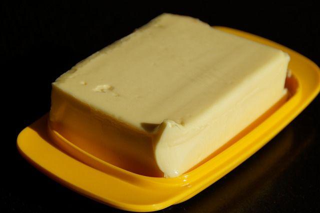 Máslo je základem do kuchyně. Mažeme ho na rohlíky, chleba apod. jenže jeho cena je stále vyšší a sehnat chutné bylinkové máslo nemusí být vůbec nic snadného.    Velmi jednoduchý recept na výrobu domácího bylinkového másla však