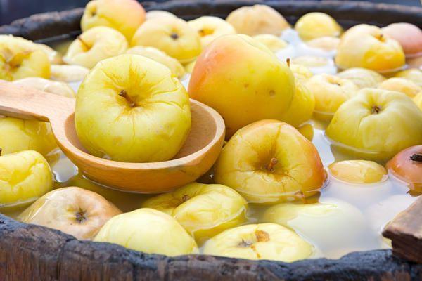 Моченые яблоки отличаются превосходным насыщенным вкусом