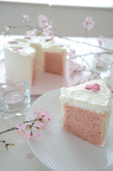 切り分けると中が桜色のシフォンケーキの出来上がりです。