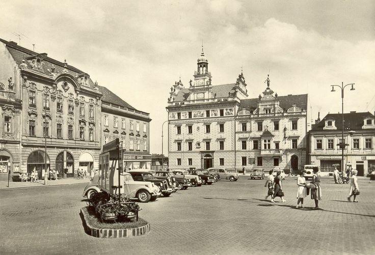 Text Petr Kučera / architekt: Náměstí v 60. letech - auta změnila design, obchodů a jejich reklam výrazně ubylo. Za to přibyla informační tabule a pokus o zelenou úpravu.