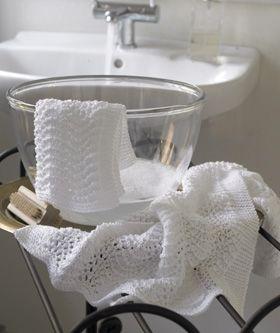 Håndklædesættet er strikket i det nemme og dekorative bølgemønster