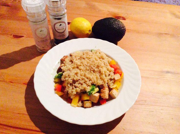 Fitness Rezept Quinoa-Salat mit Tofu und Avocado - Nährwerte: Kalorien 588 kcal - Protein 25 g - Kohlenhydrate 33 g - Fett 40 g