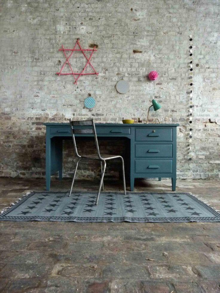 Un beau petit bureau vintage, dans les tons bleu-canard. Minimaliste et simple, il conviendra à beaucoup de personnes. Avec ses 4 tiroirs et...
