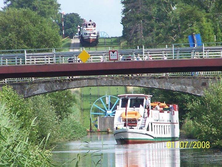 Kanał Elbląski to zabytkowa droga wodna prowadząca z Elbląga do Ostródy i Iławy, której najsłynniejszą częścią są pochylnie, którymi pokonujemy różnice poziomów wody.  Autor Krystian Gołębniak