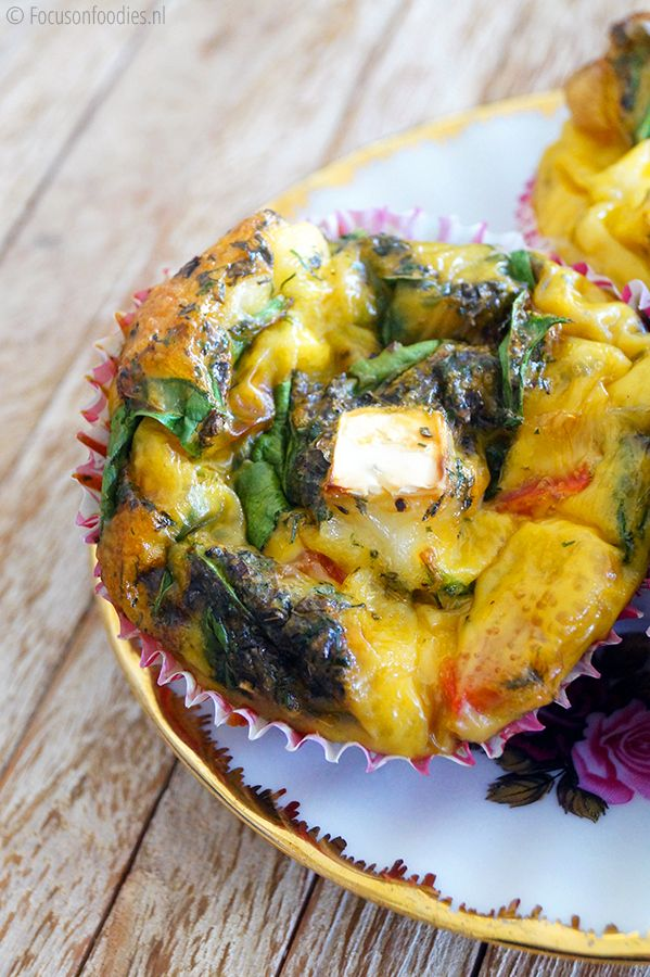 ei muffin uit de oven met spinazie, geitenkaas en paprika