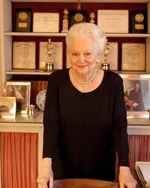 """17 mentions J'aime, 1 commentaires - Dame Olivia de Havilland (@dame_olivia_de_havilland) sur Instagram: """"Dame Olivia photographed in her boudoir in 2003. #OliviadeHavilland #DameOlivia…"""""""