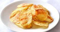 A tökéletes, roppanós, burgonya chips házialg! Elég 5 percre a mikrohullámú sütőbe rakni a szeletelt burgonyát és máris ropogós, házi chipset kaphatunk. Megszórhatjuk előtte parmezánnal is, vagy maradhatunk a bevált olívaolaj, pici só kombinációnál.