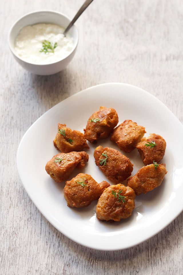 kaddu pakoras or pumpkin fritters made for navratri fasting. pumpkin fritters made with mashed potatoes. #pumpkin #pumpkinrecipes