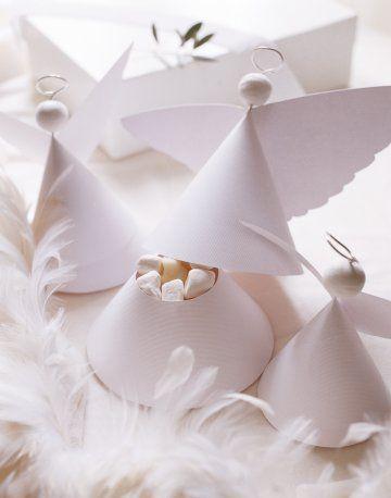 Gift boxes in the shape of little angels made with white paper and wire. - Paquets cadeaux en forme de petits anges réalisés avec du papier blanc, du fil et fer et des cotillons.
