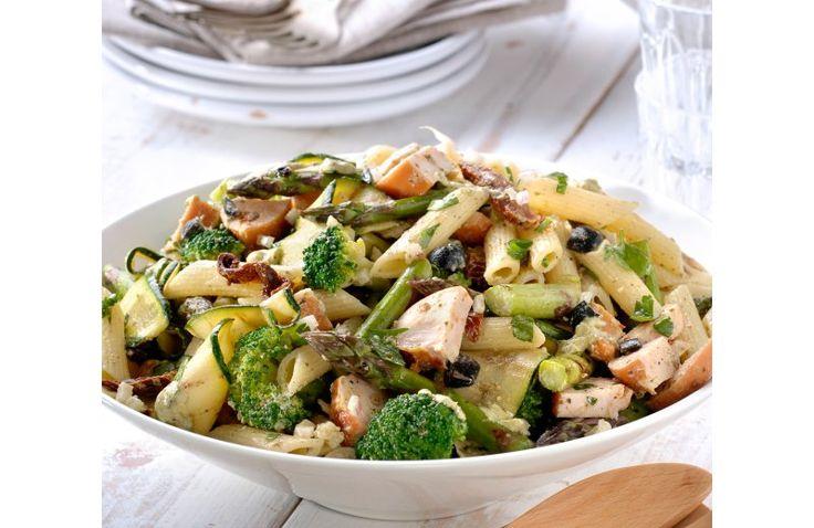 Pastasalade met kip, gegrilde groenten en pesto