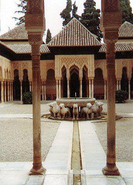 El majestuoso Patio de los Leones, una de las joyas de la Alhambra, por fin restaurado.