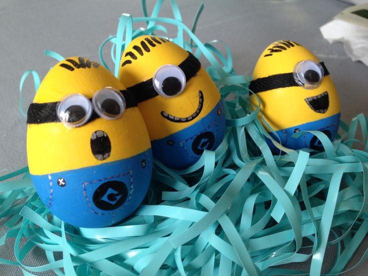 """Easter egg Minions: 3 done, 9 more to do!! Go,go,go!! #minions #easter #eggs #despecable #me #decorations #Pâques  Œufs de Pâques """"Détestable moi"""" en devenir pour les amis de la garderie où va mon fils. Comme ce sont tous des garçons, je n'avais pas envie de peinturer des oeufs de couleur pastel! Lorsque je suis tombée sur ces oeufs de Pâques à l'effigie des Minions, j'ai trouvé l'idée tellement mignonne! Ce soir, j'ai fait la plus longue étape, soit la peinture. Je sais, je me suis…"""