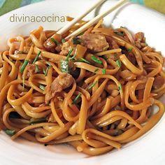 Esta receta de tallarines con pollo y soja tiene un punto thai muy original, y puedes darle tu toque personal poniedo las verduras que más te gusten