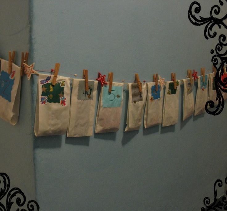 Potřebujete: Fixy, barevné papíry, papírové pytlíky, dřevěné kolíčky, provázek, nějaké ozdoby