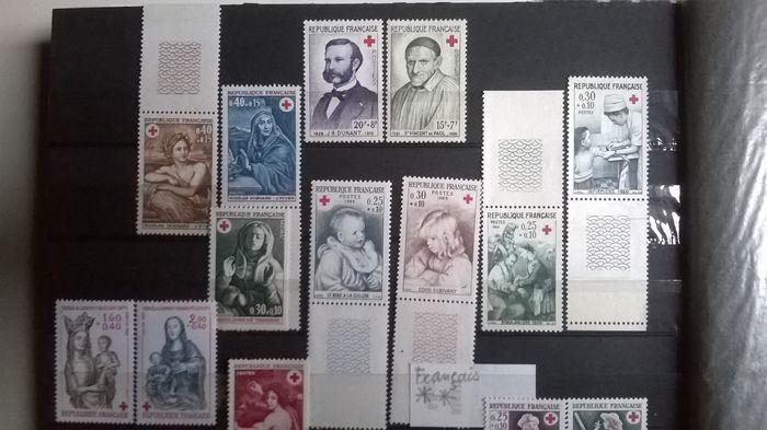 Wereld - Rode Kruis-collectie  Stempels boekje enveloppen postkaarten en sheetlets.De Monaco H. Dumant sheetlet heeft een bruine vlek.De twee reeksen van postzegels = 8 foto's 20-27: 1942 Rode Kruis uitgegeven postzegels met prijsverhoging in 1944 in zeer goede staat in hun oorspronkelijke enveloppen foto 28 met de brief van het ministerie van de kolonies foto 29.Zie de 169 foto's om te vormen van uw eigen indruk.De laatste 13 foto's zijn fotokopieën (ter informatie) die zullen worden…