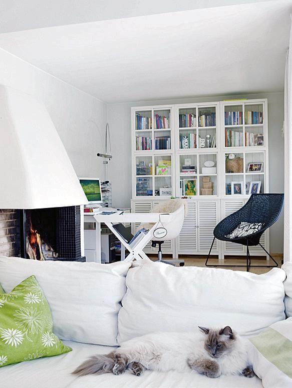 Työhuone on osa yläkerrran avonaisia oleskelutiloja. Kirjahylly on Boknäsin Villinki-mallistoa. | Rennosti rinteessä | Koti ja keittiö | Riitta Kivilahti | Kuva Jeppe Tuomainen