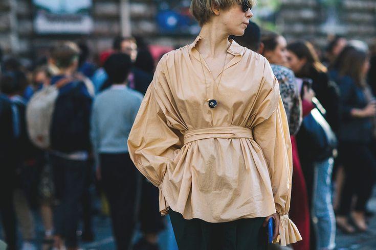 Settimana della Moda di Parigi - Primavera/Estate 2017   Le parigine apprezzano i pendenti insoliti. La scorsa stagione vi avevo detto di appendervi al collo quello che più desideravate: da lampadine a calze. Le fashionista francesi ci hanno dimostrato che questa tendenza è ancora viva vegeta.