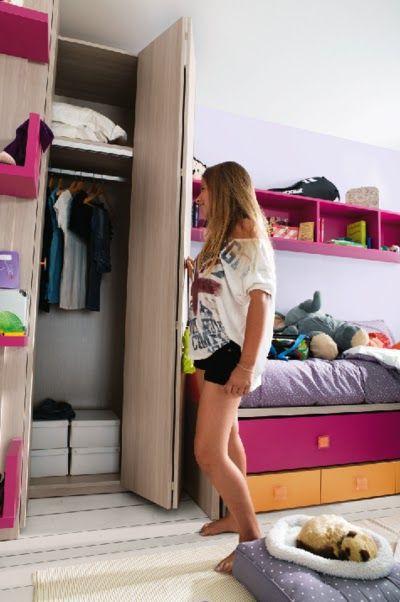 Hermanos que comparten habitación en pocos metros, ¿sí o no? armario con puerta corredora para ahorrar espacio.