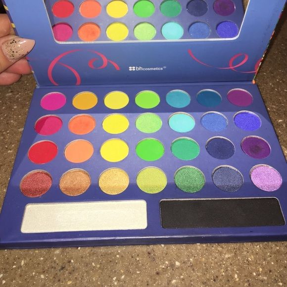 bh cosmeticsTake me to Brazil shadow pallet 30 fun and addicting highly pigmented shadows. Be creative with the wide range of rainbow to jewel tone colors. bh cosmetics Makeup Eyeshadow