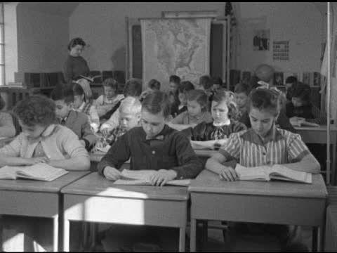 Als we de klas binnenkomen, gaan we direct op onze plaats zitten, pakken we onze spullen, zetten we onze tas op de grond en is onze aandacht bij de docent.