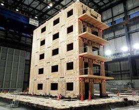 実大三次元震動破壊実験施設(E-ディフェンス)で実施されたCLT5階建ての震動実験=2015年2月、三木市志染町(日本CLT協会提供)