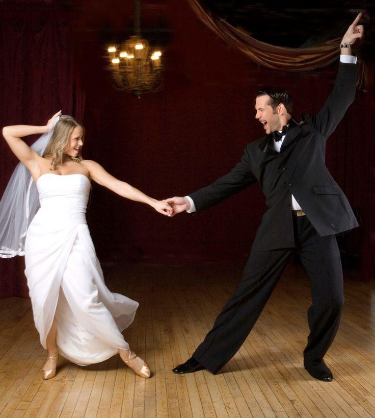 Düğün Dansları – En Güzel Düğün Dansı – Düğün Dansları Çeşitleri  Düğün Dansları, Düğün töreni için salon, mekan, davetiye hatta pasta seçimi için kılı kırk yaran çiftlerin en fazla gözden kaçırdığı konuların başında düğünde çalınacak müziklerin seçimi geliyor. Çoğu çift salon organizasyonu içinde olan orkestraya müdahale etmezken, sadece ilk dans müziğini kendileri belirlemekle yetiniyor. Oysa tören boyunca salonda yankılanacak müziğin sizin seçiminiz olması da büyük önem taşıyor.