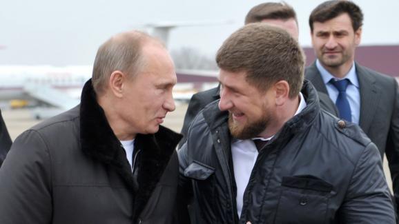 Ramzan Kadyrov accueille Vladimir Poutine, alors Premier ministre russe, le 20 décembre 2011 à Goudermes, en Tchétchénie.   ALEKSEY NIKOLSKYI / AFP