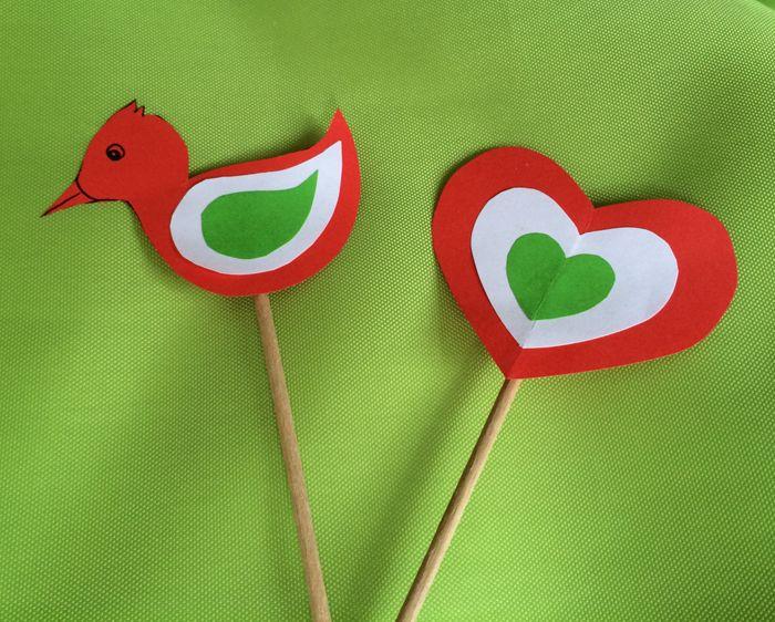 Nemzeti színű szívecske és madárka