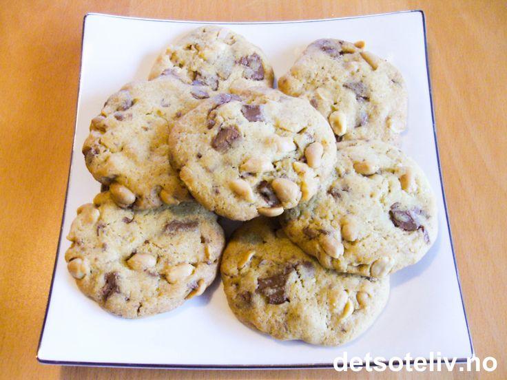 Kjempegode er disse cookiesene - ingen tvil om det!!! Kakene lages med grovt hakket melkesjokolade og hele peanøtter og blir dermed deilige å tygge på... Oppskriften gir ca 50 stk.