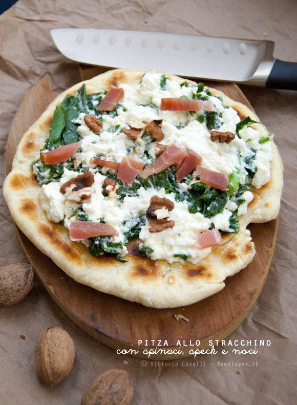 Pita+Pizza? Pitza, ovviamente! ...allo stracchino con spinaci, speck e noci… Il piacere dei sensi, a portata d'impasto!  La ricetta la trovate su: http://noodloves.it/pitza-allo-stracchino-spinaci-speck-noci/ #Pita #Pizza #Padella #Impasto #Veloce #Aperitivo #Stracchino #Noci #Spinaci #Speck #Ricetta #Golosa