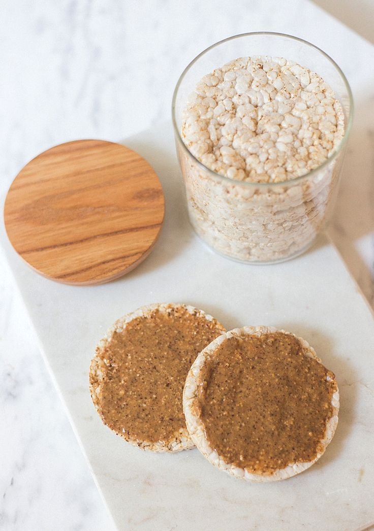 Rice cakes with peanut/almond butter