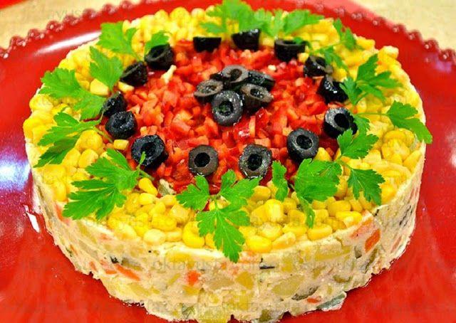 Μια πρωτότυπη, όμορφη, και αρκετά εντυπωσιακή συνταγή πατατοσαλάτας.  Είναι κατάλληλη για πάρτι μπουφέ αλλά και κάθε είδους γιορτή ή τραπέζι!    Υλικά:  4 μέτριες πατάτες βρασμένες  2 μέτρια καρότα βρασμένα  4 αγγουράκια τουρσί  100 γρμ. στραγγιστό γιαούρτι  150 γρμ. μαγιονέζα  1 κου. γλ. μουστάρδα  3-4