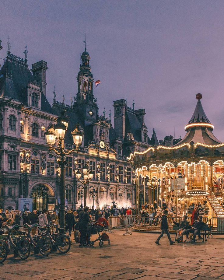 Carrousel Place de Hôtel de Ville, Paris ❤️