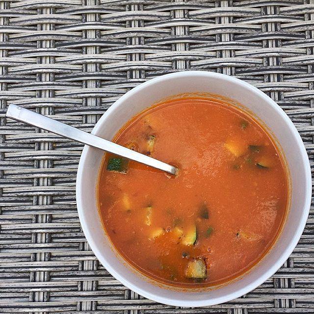 En dit is m dan; zelfgemaakte tomatensoep met gember en boontjes en courgette uit eigen tuin! Echt makkelijk en super lekker!  There it is; homemade tomatosoup with some ginger and zucchini and stringbeans from my tiny eatable garden 😊. Loved it!  #soup #soep #tomatosoup #tomato #tomaat #moestuin #tomatensoep #recipe #recept #foodpic #gezond #healthy #vegetarian #vegetarisch #green #groente #vegetables #plantbased #recipeontheblog