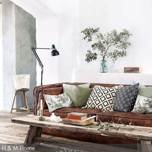 die rustikale wohnzimmergestaltung sorgt fr ein natrliches und gleichzeitig gemtliches flair die robuste ledercouch wurde