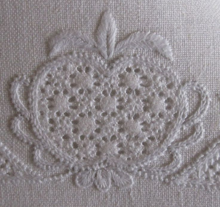 pomegranate decorated with scallops arranged fan-like and in graduated sizes,worked with Coral Knot stitches and Chain stitches via www,Luzine-Happel.de