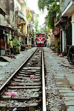 Tran Thi, Hanoi, Vietnam | Where railways are 3 feet apart from your doorsteps