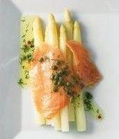 Asperges met warme gerookte zalm, kappers en boter - Recepten - Culinair - KnackWeekend.be