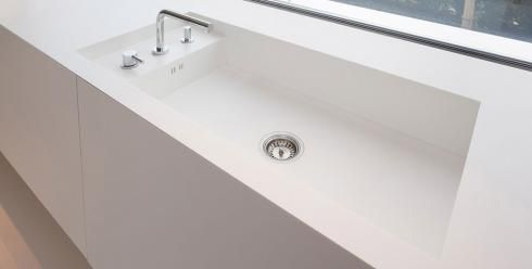 Encimera y lavabo integrado realizado con superficie sólida de color blanco