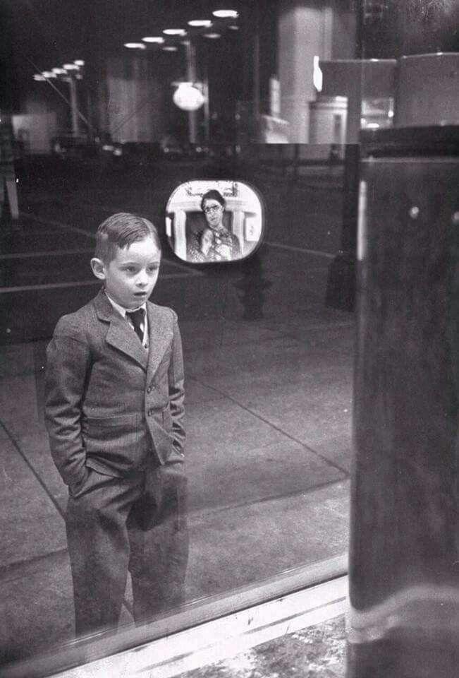 #foto che hanno segnato un'epoca Un bambino vede per la prima volta una televisione...1948