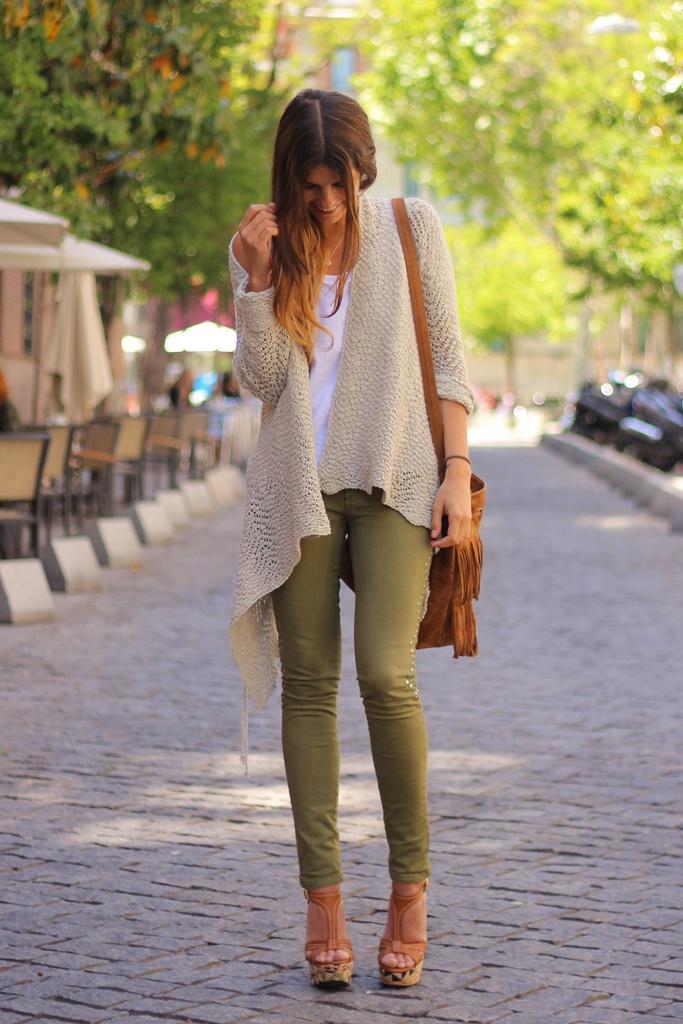 pantalón verde camiseta blanca y chaqueta beige