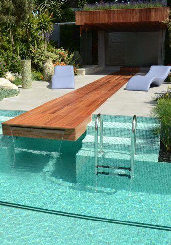 Piscina deck madeira cachoeira.