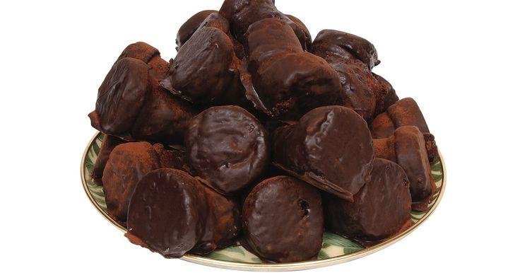 Substitutos para a parafina no preparo de chocolate. Usar parafina para preparar chocolates é um resquícios de técnicas antigas e tem o objetivo dar uma consistência adequada ao produto. Essa prática é um pouco arriscada, pois a substância usada é a mesma da fabricação de velas. As quantidades são pequenas, mas a parafina não é aprovada para consumo humano e há vários substitutos disponíveis.