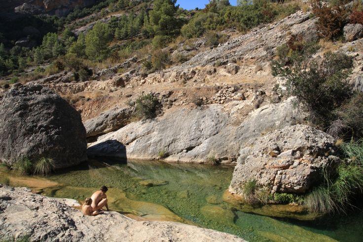 Pero que calor! Nos vamos de excursión por Cataluña ¿te apuntas? Buscamos pozas (gorgs,gorguesotollsen catalán) en el cauce de un rio o torrente, donde el agua se encharca o retarda su curso, ya sea formando un remolino o calmándose. Podemos decir que las pozas son las piscinas naturales de la montaña, una delicado regalo de