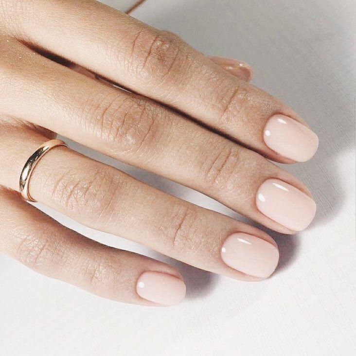 Het Leven Van Alledag Kan Algemene Slijtage Van Onze Nagels Veroorzaken Waardoor Ze Zwak Bli Pale Pink Nails Light Pink Nails Light Pink Nail Polish