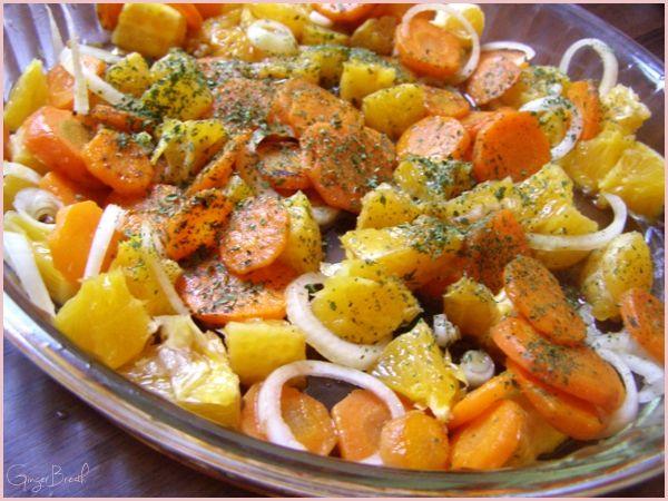 Sałatka z marchwi, cebuli i pomarańczy z miodem i kolendrą