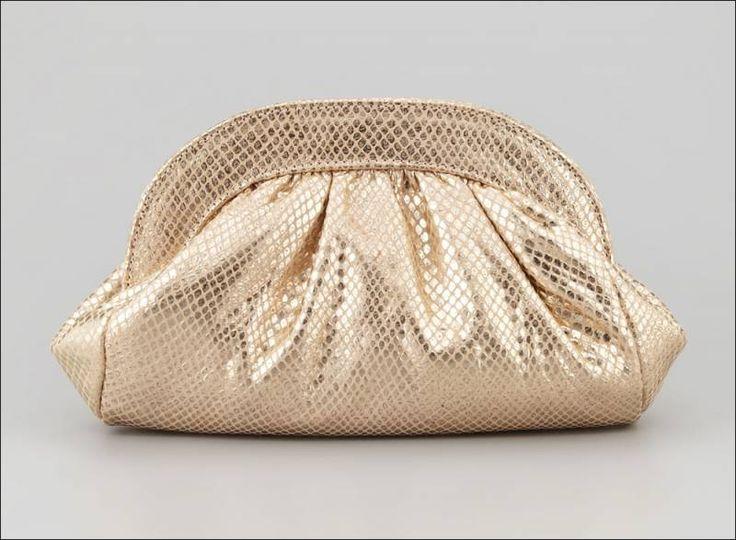 Bu çantalar üzerine kabartma yılan deseni ile harikalar yaratabilirsiniz.Yani burada bazı yılan kabartmalı deri çantalara örnek göstereceğim …  Bu bordo ve beyaz renk açılan bir iki tonlu poşeti çantadır.Onun yüzeyi ve bir bronz gölgeli metalik kabartma olağanüstü bir yılan deseni vardır.Onun malzeme orijinal deridir. Fiyatı195 £  Bu mat altın gölge parıldayan bir yılan …