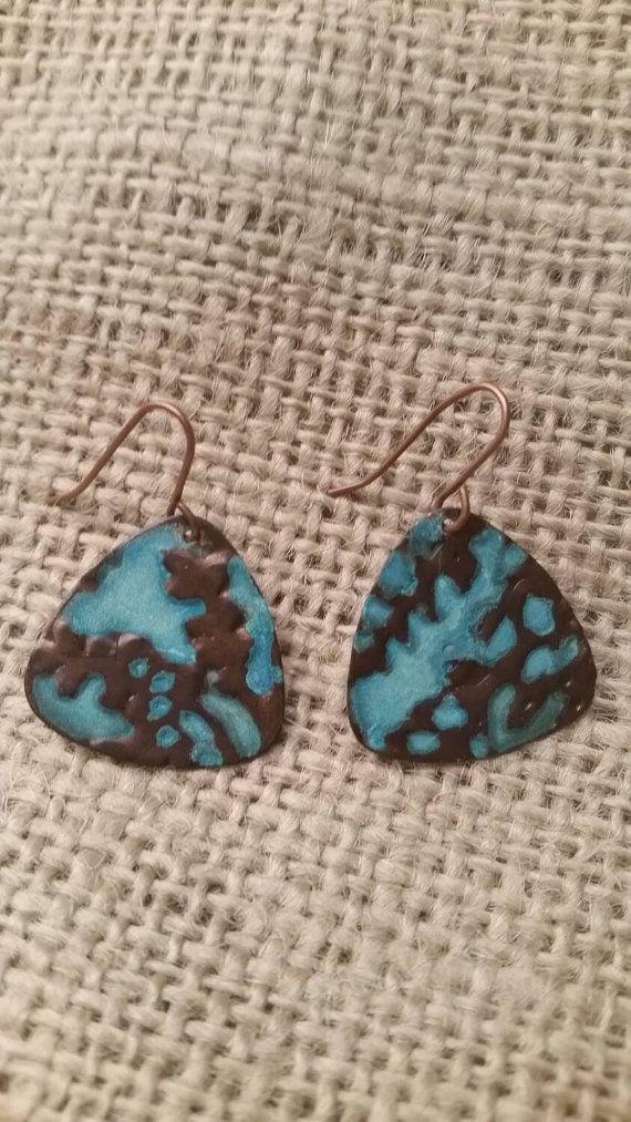 Turquoise op koperen patina oorbellen met Franse koperdraad. Deze oorbellen zijn handgemaakt, dus er geen twee precies gelijk zijn.