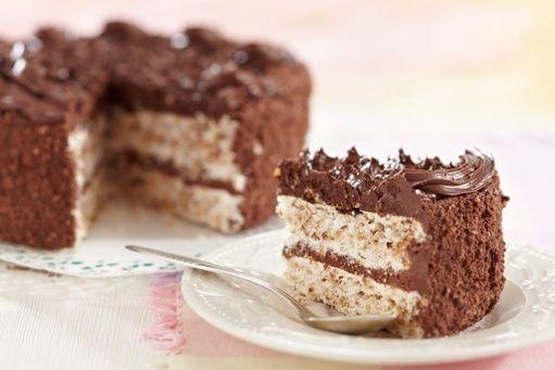 Am facut un tort unic, rafinat si fin. Este un tort de ciocolata cu blat alb, care are gust fin de bezea. Crema este plina de ciocolata, iar partea cea mai frumoasa, si care face ca acest tort de ciocolata cu blat alb sa fie cu atat mai bun, esta ca se face foarte, foarte