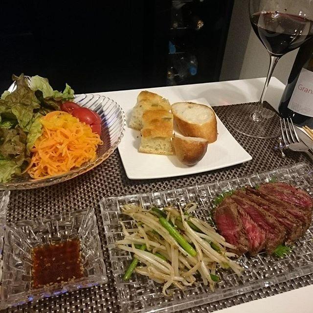 #今日のつまみ なんだかつい最近見たことあるメニュー。今日は少しだけ野菜多め  #肉 #ステーキ #キャロットラペ #パクチー #スイートチリ #オリーブフォカッチャ #ガーリックフランス #ヴィノスやまざき